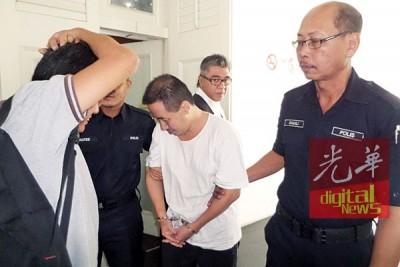 被告王志明(译音)被押出法庭时其亲友试图阻挡媒体拍摄。