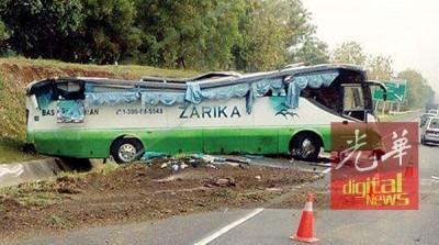 行驶中巴士疑失控撞落大道斜坡。