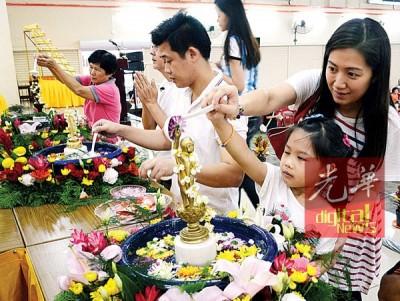 600多名信徒前来霹雳佛教联谊会膜拜与浴佛。