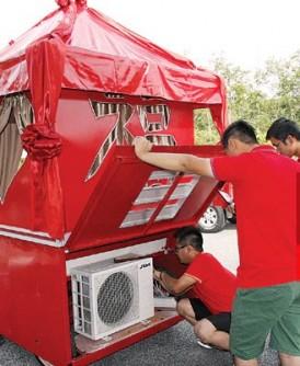 出发前,兄弟帮细心检查花轿的冷气设备是否操作。