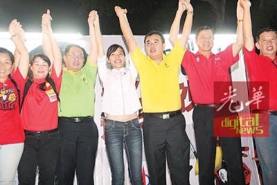 翁秀薇(左4)选情紧张,黄伟益(左3)和爪夷区州议员孙意志(右3)等,也替她站台助选。