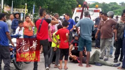 各族路人都施予援手,其中一位热心华妇拿到伤者电话,协助通知伤者家人。