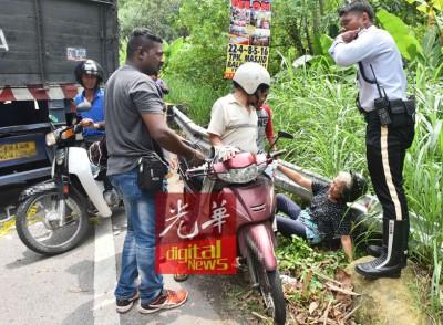 现场出现突发车祸,华裔老妇痛苦跌坐在地。