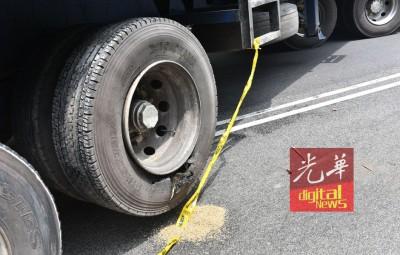 罗里轮胎也出现爆胎现象。