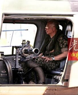 纳吉坐上阿古斯达A109型直升机,机上装有7.62毫米口径的攻击炮枪。