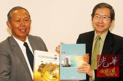 哈山阿里芬(左)和陈胜尧望媒体展示总稽查司2015年之报告。