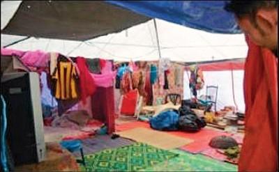 大水退去一年后,灾民仍住在临时帐篷内度日。