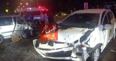 两辆汽车猛撞,车头毁坏不堪。