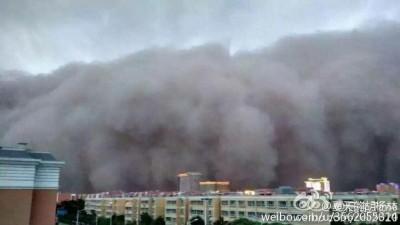 """喀什出现大风扬沙和强沙尘暴,情况犹如""""灾难大片""""。"""