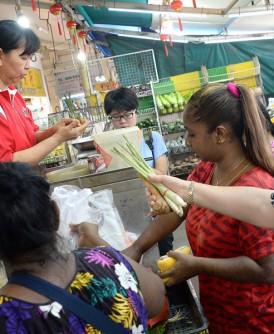 马宝玉懂得10种语言,态度亲切,深受街坊喜爱。