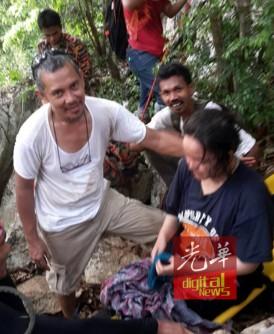 女大学生攀登山峰后昏厥受困山峰,消拯员出动担架救人。