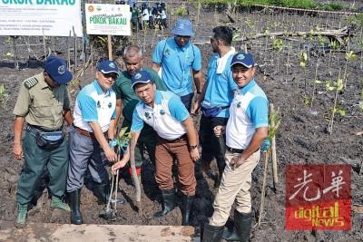 峇德鲁(右2)与主持种植红树林仪式,县长阿都拉曼陪同。