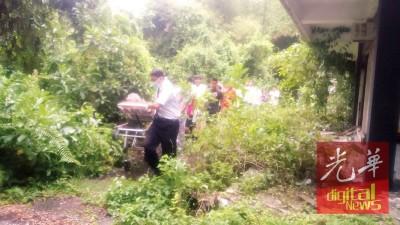 医务人员从废置酒店一空房,将曾老妇带出并送往医院。