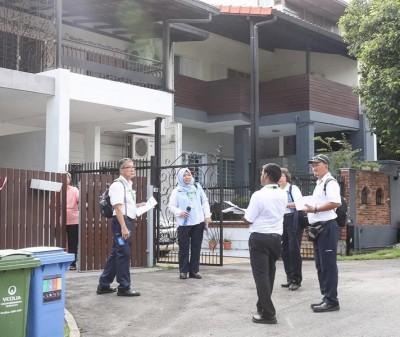 新加坡环境局稽查人员也沿家挨户向居民分发有关兹卡病毒的传单。