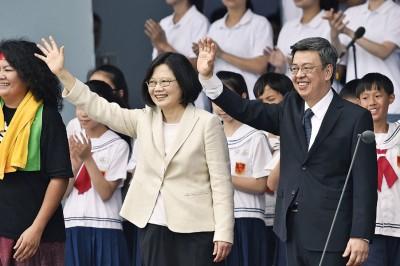 新任总统蔡英文、副总统陈建仁向出席仪式民众挥手致意。(法新社照片)