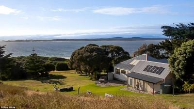 沃特豪斯岛长4.5公里、宽1公里,岛上有一栋拥有三间卧房的别墅,还有饲养绵羊的小棚屋。