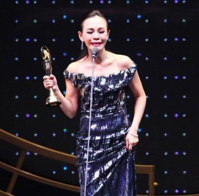 最佳华语女歌手由彭佳慧获得,她激动落泪。