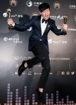 林俊杰获得最佳男歌手及最佳作曲人,高兴地跳起来。