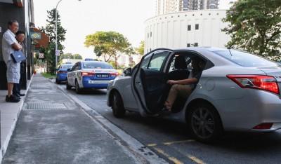 一辆优步(Uber)私人出租车在碧山第八站接载搭客。