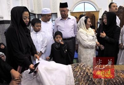纳吉(左4起)及夫人在努鲁希达雅(左1)、阿末扎希(左3起)及哈米达的陪同下,瞻仰赛阿曼再因遗容。