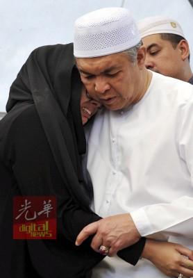 夫婿骤然离世,努鲁希达雅哭倒在父亲阿末扎希怀中。