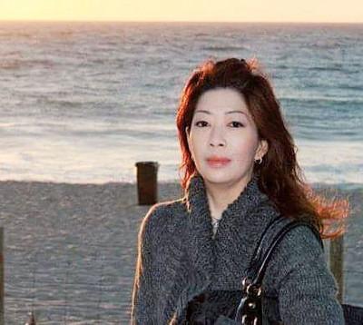 过去十年,胡翠玲身上的癌细胞从鼻咽部分扩散及脑部、肺部和骨头,而其还保持心境开朗,拒向病魔低头。
