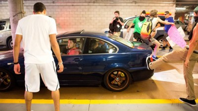反特朗普人士追打特朗普支持者的汽车。