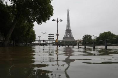 巴黎市内塞纳河水已漫溢至岸边路面。(法新社照片)