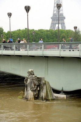 巴黎塞纳河水位不断上涨,几乎已达桥面。(法新社照片)