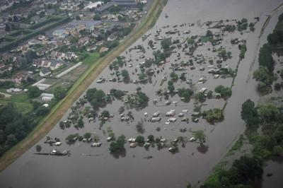 塞纳河水上涨已造成巴黎多个地区出现水浸,触目所见汪洋一片!(法新社照片)