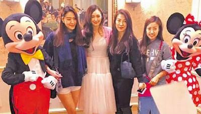 吴佩慈(左二)2月20日邀闺密白歆惠(左)到香港参加儿子的百日宴。