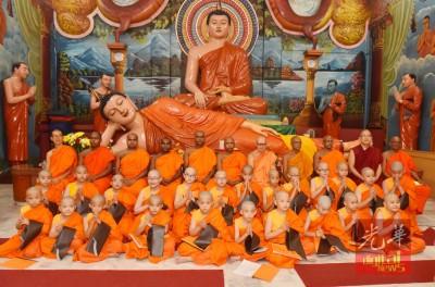 """玛兴达拉防锡兰佛庙""""先后三顶儿童短期出家"""",僧团等会于一周外为佛教教育,陶铸沙巴体育登录心志。"""