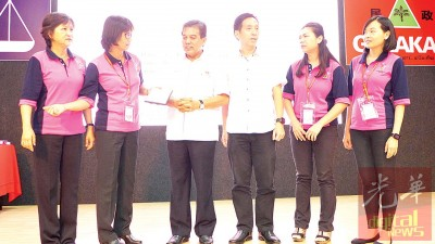 胡栋强同陈赛珍(左2)每当吴秀丽、黄沛琳(右2)同吴雪菱(右1)陪伴下给纪念品给希尔米。
