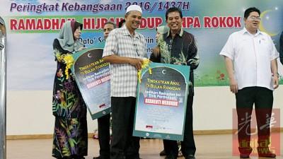 希尔米(右2)颁发禁烟认证予清真寺代表。
