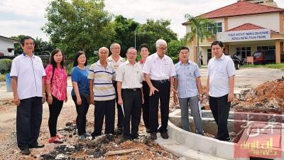 彭文宝巡视柏淡安老院提升水沟工程,陈良成及众理事一行人陪同。