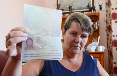 拉蒙德拿错丈夫的过期护照去旅行。