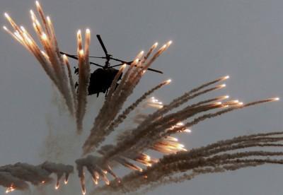 KA50私鲨攻击直升机释出大量照明弹。