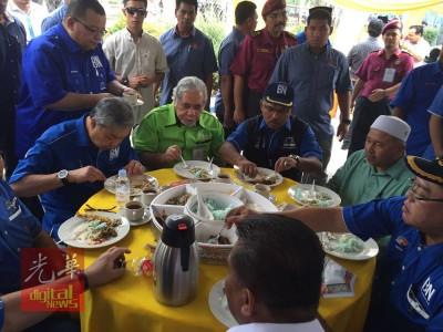 伊党和巫统党内个别深巨头在提名中心共享早餐。