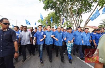 张盛闻(左起)、廖中莱、阿末扎希、布迪曼、应奥玛和东姑安南手挽手,朝提名中心挺进。