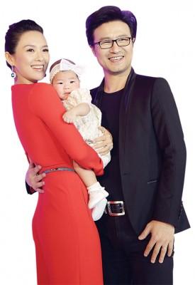 章子怡与丈夫汪峰拉出女儿醒醒。