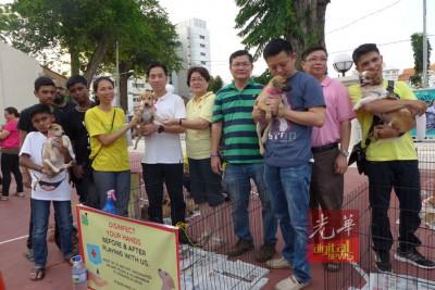 猫狗食粮嘉年华会场面,猫狗等待领养。