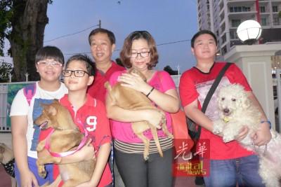 郑氏一家五口领养三头狗。