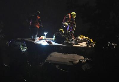 救人员拯救被困火车的乘客。(法新社照片)