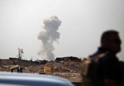 在费卢杰前线,IS分子的汽车炸弹爆炸,升起浓烟。