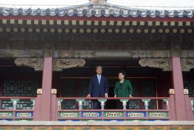中华副总理刘延东(右)伴美国国务卿克里(左)于北京市参观故宫。(法新社照片)