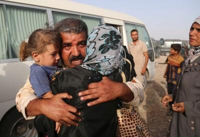 伊拉克一家人逃离费卢杰市后相拥。