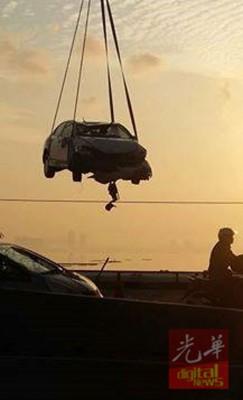 车子事后很快便让拖吊车吊走。