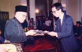1990年10月25日许子根在无心插柳下,接下首长重任,宣誓就职,从槟州元首敦韩旦手中接领委任状。