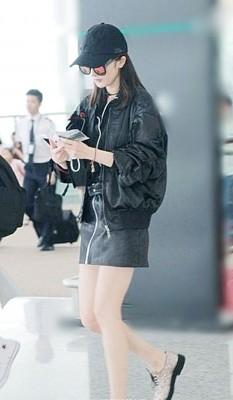 杨幂长腿现身长沙机场。