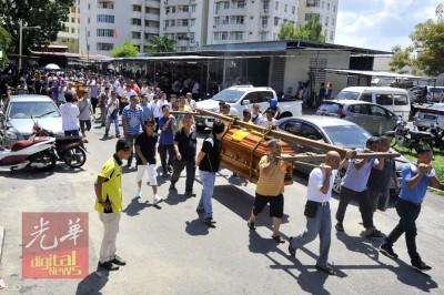 更30号称友人前来抬棺,送两名死者走完最后一程。